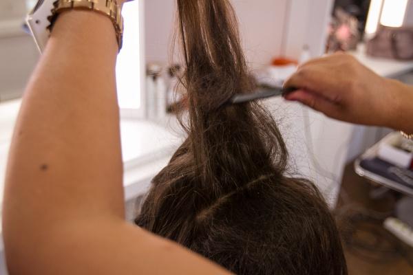 Desfie mechas de cabelo no topo da cabeça. Para garantir fixação, utilize o spray Gamour by Cadiveu forte.